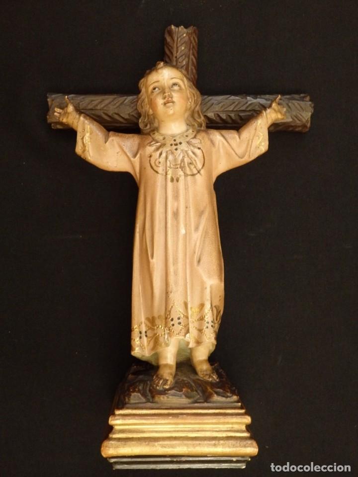 Arte: Niño Jesús en la cruz. Escultura de madera tallada y policromada. 35 cm. Hacia 1900. - Foto 2 - 146307534