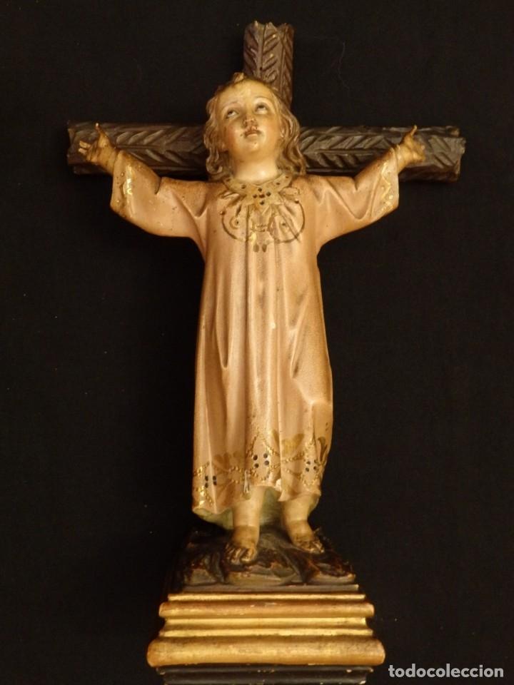 Arte: Niño Jesús en la cruz. Escultura de madera tallada y policromada. 35 cm. Hacia 1900. - Foto 9 - 146307534