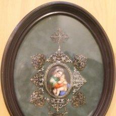 Arte: PINTURA SOBRE PORCELANA: LA VIRGEN CON EL NIÑO JESUS EN BRAZOS RODEADA DE FILIGRANA ENMARCADA. Lote 147123370