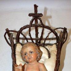 Arte: NIÑO JESUS DE ESTUCO DE OLOT-CON CUNA Y ROPAJE.. Lote 147358254