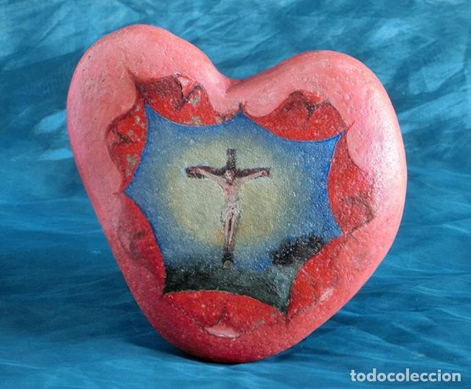 ANTIGUA Y MUY ORIGINAL PINTURA RELIGIOSA - CRISTO CRUCIFICADO - ÓLEO SOBRE PIEDRA - FORMA DE CORAZÓN (Arte - Arte Religioso - Pintura Religiosa - Otros)