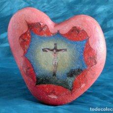 Arte: ANTIGUA Y MUY ORIGINAL PINTURA RELIGIOSA - CRISTO CRUCIFICADO - ÓLEO SOBRE PIEDRA - FORMA DE CORAZÓN. Lote 148004850