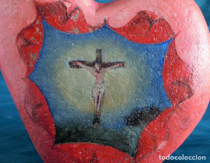 Arte: ANTIGUA Y MUY ORIGINAL PINTURA RELIGIOSA - CRISTO CRUCIFICADO - ÓLEO SOBRE PIEDRA - FORMA DE CORAZÓN - Foto 2 - 148004850