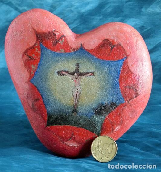 Arte: ANTIGUA Y MUY ORIGINAL PINTURA RELIGIOSA - CRISTO CRUCIFICADO - ÓLEO SOBRE PIEDRA - FORMA DE CORAZÓN - Foto 4 - 148004850