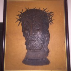 Arte: CRISTO EN CUERO REPUJADO EN DOS COLORES.FIRMADO F.CASTRO. Lote 148501316