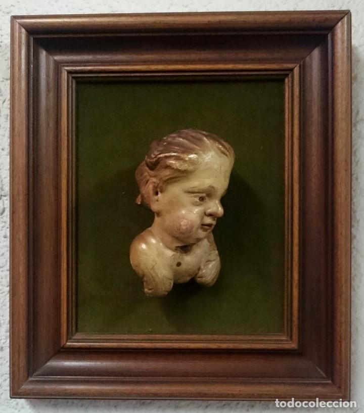 ANTIGUO ANGELOTE, ÁNGEL DE MADERA DE NOGAL POLICROMADO DEL SIGLO XVI ENMARCADO EN NOGAL.PIEZA ESPECI (Arte - Arte Religioso - Escultura)
