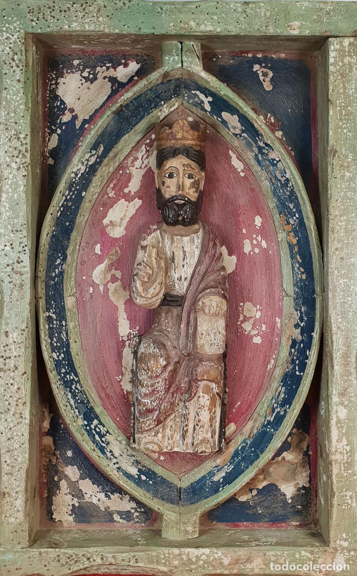 CRISTO ENTRONADO. ESCULTURA EN MADERA POLICROMADA. ESTILO ROMÁNICO. SIGLO XX. (Arte - Arte Religioso - Escultura)