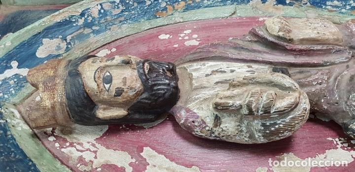 Arte: CRISTO ENTRONADO. ESCULTURA EN MADERA POLICROMADA. ESTILO ROMÁNICO. SIGLO XX. - Foto 10 - 149942178