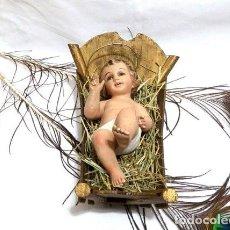 Arte: NIÑO JESÚS CON CUNA, ANTIGUA ESTATUA NIÑO JESÚS, IMAGEN RELIGIOSA, ANTIGUA ESCULTURA ESCAYOLA. Lote 151231514