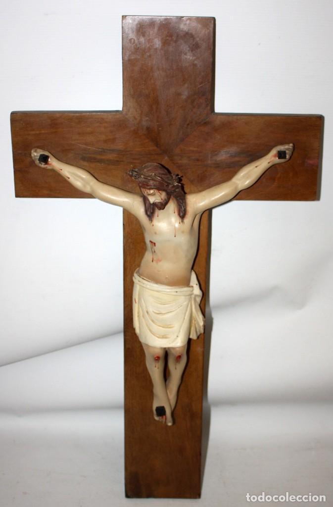 CRUCIFIJO EN MADERA TALLADA DE PRINCIPIOS DEL SIGLO XIX (Arte - Arte Religioso - Escultura)