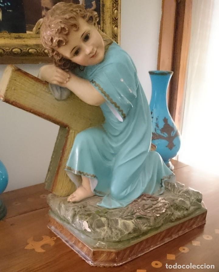 Arte: Antiguo niño Jesús pasionario con la cruz de olot, peana de madera, policromado. 45x43x27. - Foto 4 - 152636334