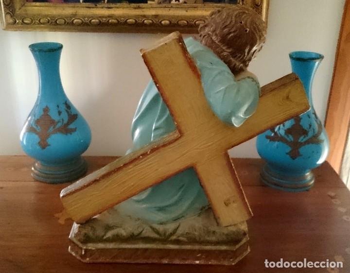 Arte: Antiguo niño Jesús pasionario con la cruz de olot, peana de madera, policromado. 45x43x27. - Foto 5 - 152636334