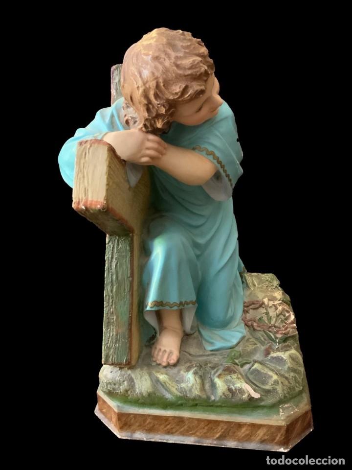Arte: Antiguo niño Jesús pasionario con la cruz de olot, peana de madera, policromado. 45x43x27. - Foto 2 - 152636334