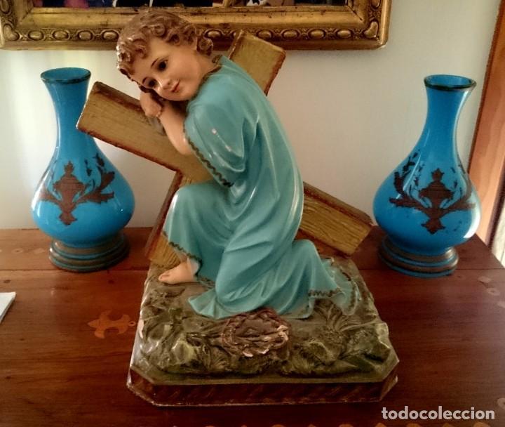 Arte: Antiguo niño Jesús pasionario con la cruz de olot, peana de madera, policromado. 45x43x27. - Foto 3 - 152636334