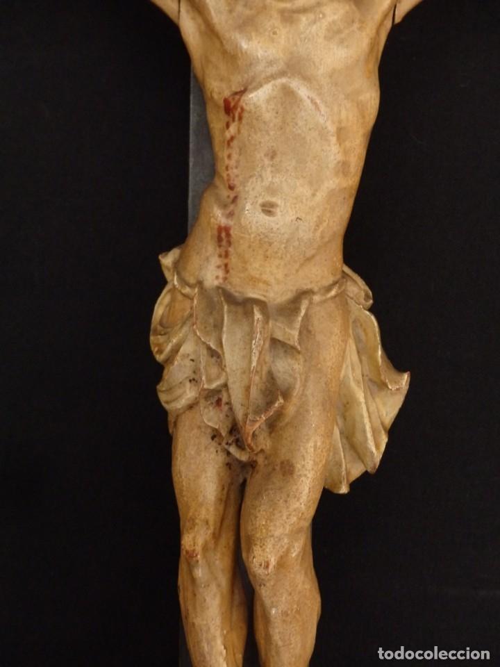 Arte: Cristo Crucificado tallado en madera. Siglo XIX. Medidas de la cruz: 66 x 33 cm. Imagen: 38 x 25 cm. - Foto 5 - 155701758