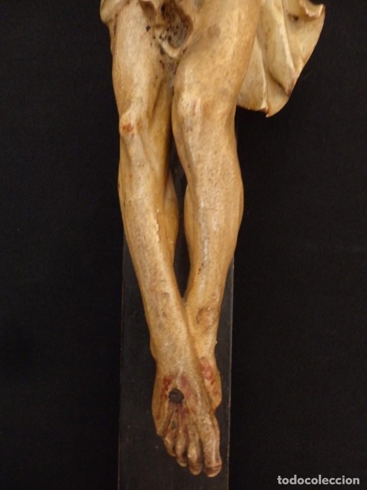 Arte: Cristo Crucificado tallado en madera. Siglo XIX. Medidas de la cruz: 66 x 33 cm. Imagen: 38 x 25 cm. - Foto 6 - 155701758