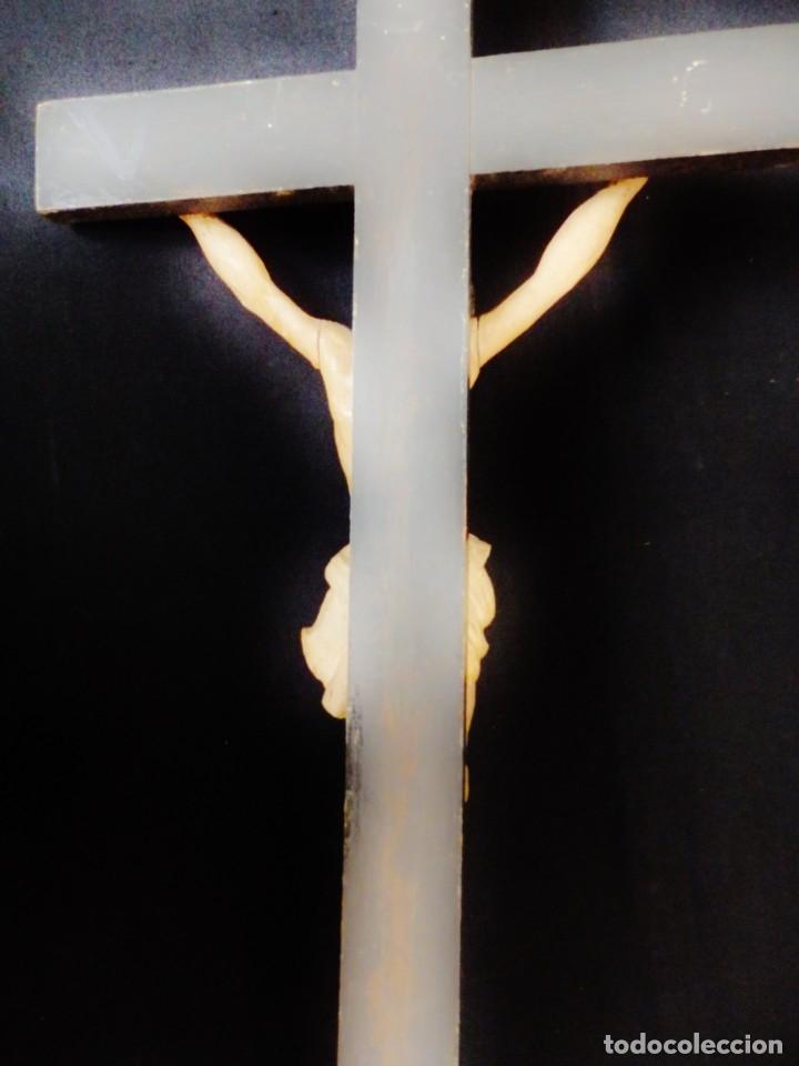 Arte: Cristo Crucificado tallado en madera. Siglo XIX. Medidas de la cruz: 66 x 33 cm. Imagen: 38 x 25 cm. - Foto 10 - 155701758