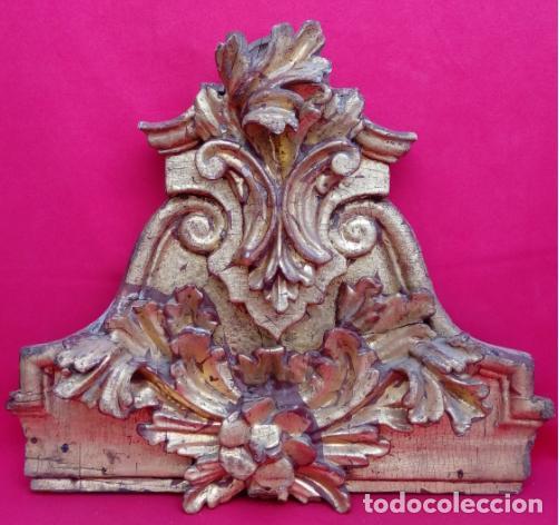 FRAGMENTO DE RETABLO EN MADERA TALLADA, ESTUCADA Y DORADA AL ORO FINO S. XVIII. 40X45X11 CMS. (Arte - Arte Religioso - Retablos)