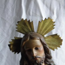 Arte: ANTIGUO SAGRADO CORAZÓN, FIGURA DE JESÚS, EN ESCAYOLA PINTADA Y BASE DE MADERA. PARA RESTAURAR. Lote 159377918
