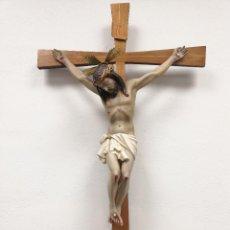 Arte: GRAN CRISTO CRUCIFICADO, REALIZADO EN ESTUCO POLICROMADO Y CRUZ DE MADERA. 86X48CM. Lote 159583634