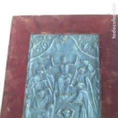 Arte: BAJO RELIEVE SIGLO XVIII EN ESTAÑO TRABAJADO CON CUÑOS,ESCENA RELIGIOSA. Lote 159893834