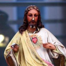Arte: IMAGINARIA DE OLOT JESÚS ENTRONIZADO , ESCAPULARIO SAGRADO CORAZÓN DE JESÚS OJOS DE CRISTAL SIG XIX. Lote 159969046