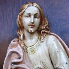 Arte: ANTIGUO RETABLO DEL SAGRADO CORAZON DE JESUS ESTUCO POLICROMADO SOBRE TABLA DE MADERA. AÑOS 50S. Lote 159982098