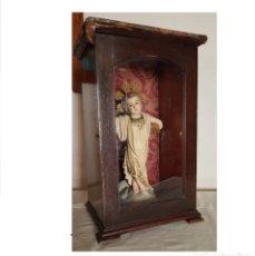 Arte: ANTIGUA FIGURA OLOT, NIÑO JESÚS EN CRUZ CON HORNACINA DE MADERA CON PUERTA DE CRISTAL. Lote 160543562