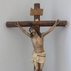 Arte: CRUCIFIJO DE MADERA Y ESTUCO CON SELLO, EL ARTE RELIGIOSO OLOT, NECESITA RESTAURACIÓN, VER FOTOGRAF . Lote 162696234