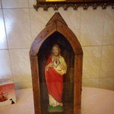 Arte: ANTIGUA VITRINA DE MADERA NOBLE CON ESCULTURA DE SAGRADO CORAZON DE JESUS.. Lote 163080998