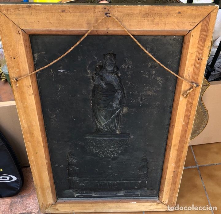 Arte: Precioso cuadro con la virgen del pilar en metal plateado, firmado - Foto 6 - 164536017