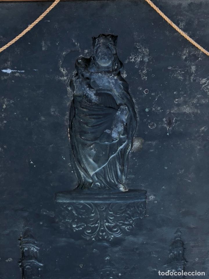 Arte: Precioso cuadro con la virgen del pilar en metal plateado, firmado - Foto 7 - 164536017