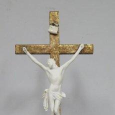 Arte: CALVARIO DE BISCUIT PORCELANA Y CRUZ DE MADERA EN PAN DE ORO. SIGLO XIX. Lote 166352626