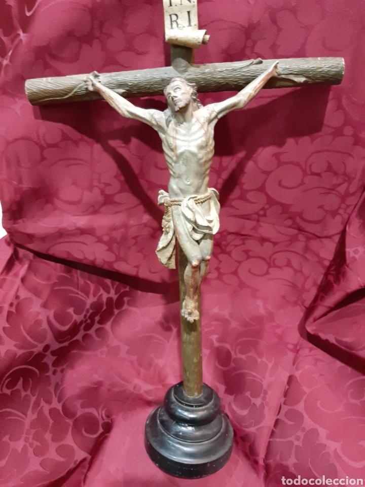 CRUCIFIJO, CRISTO VIVO DE MADERA POLICROMADA CON CRUZ ARBOLADA, SIGLO XVIII (Arte - Arte Religioso - Escultura)