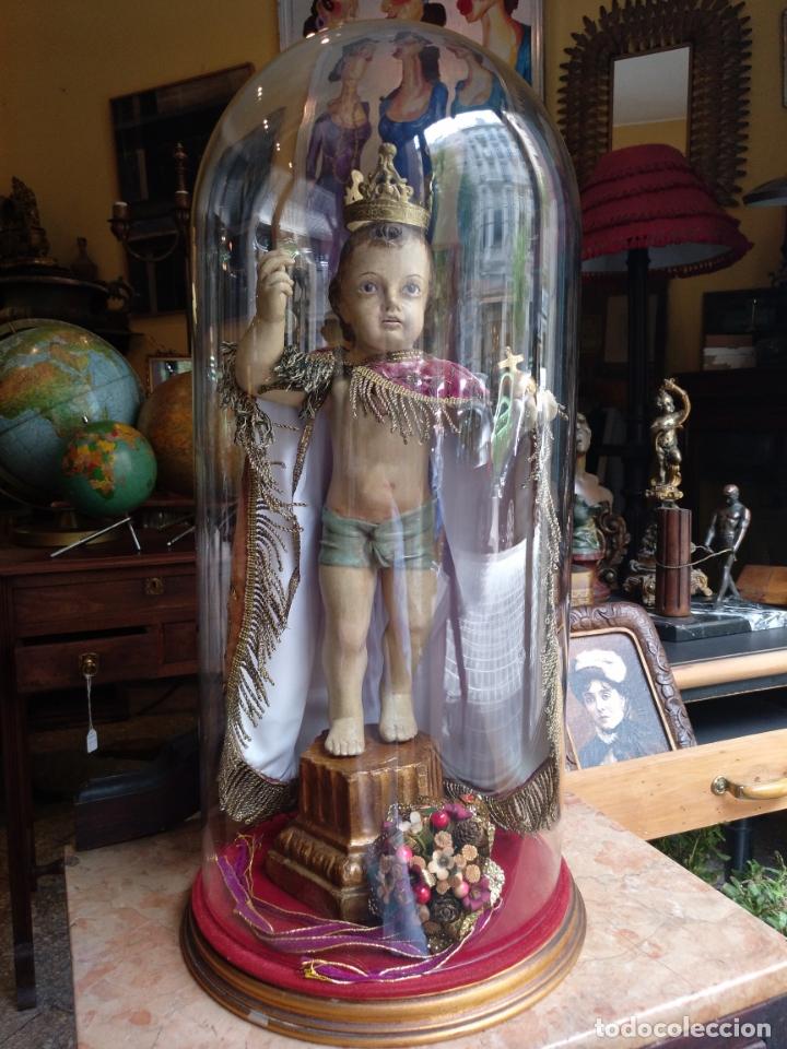 ANTIGUA TALLA EN MADERA DEL NIÑO JESUS DE LA BOLA , TALLA SIGLO XVIII EN UN FANAL (Arte - Arte Religioso - Escultura)