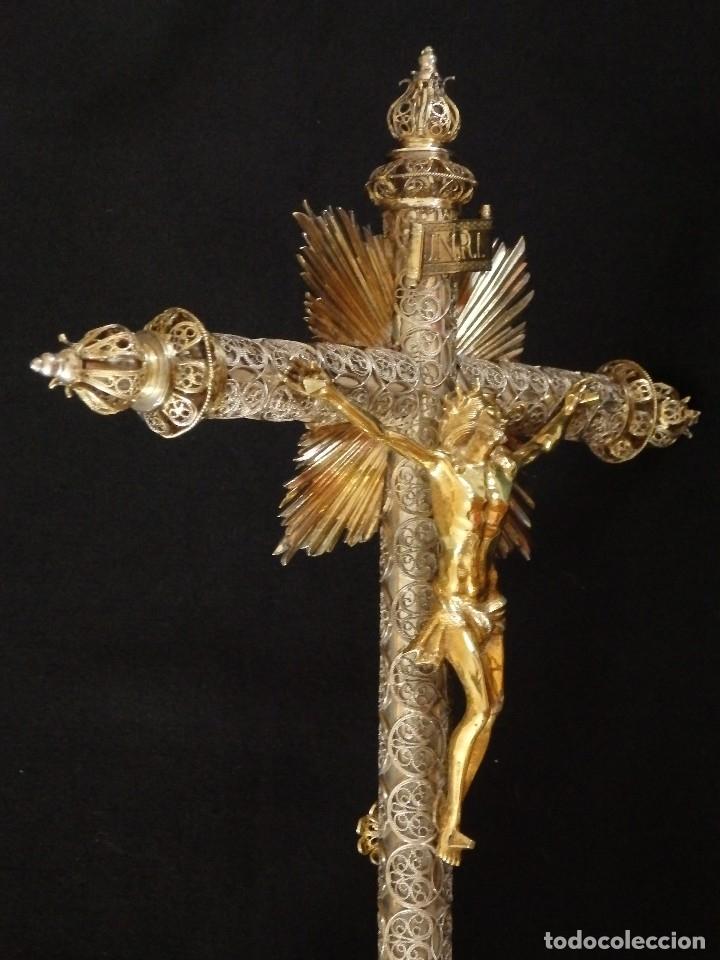 Arte: Crucificado. Cruz de altar de plata en su color y en plata sobredorada punzonada. 43 cm. S. XVIII. - Foto 5 - 168127838