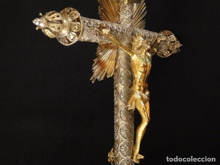 Arte: Crucificado. Cruz de altar de plata en su color y en plata sobredorada punzonada. 43 cm. S. XVIII. - Foto 6 - 168127838