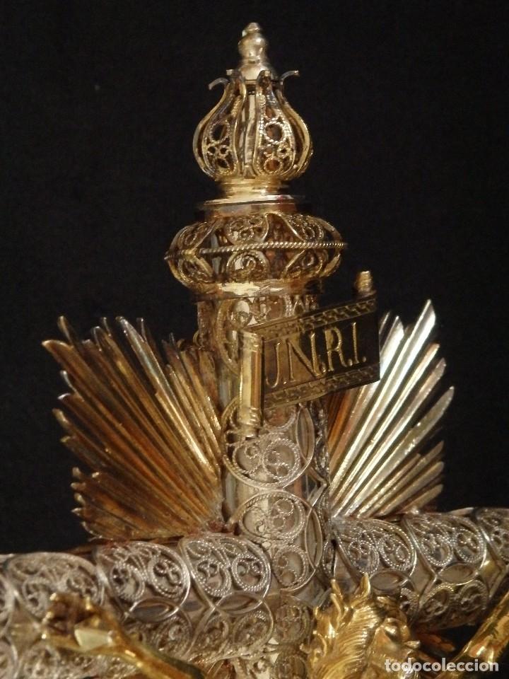 Arte: Crucificado. Cruz de altar de plata en su color y en plata sobredorada punzonada. 43 cm. S. XVIII. - Foto 7 - 168127838