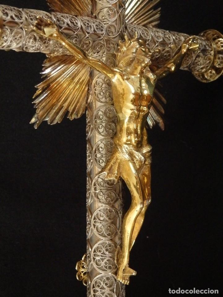 Arte: Crucificado. Cruz de altar de plata en su color y en plata sobredorada punzonada. 43 cm. S. XVIII. - Foto 8 - 168127838