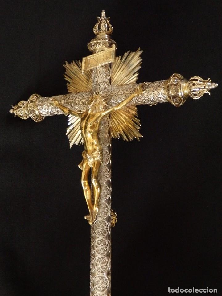 Arte: Crucificado. Cruz de altar de plata en su color y en plata sobredorada punzonada. 43 cm. S. XVIII. - Foto 9 - 168127838