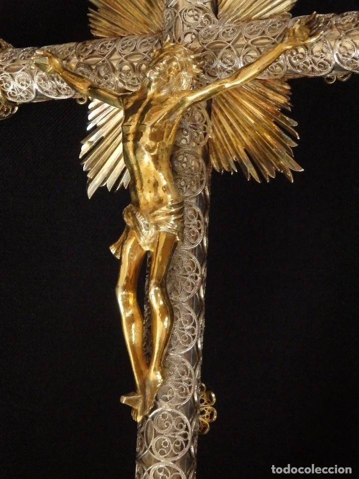 CRUCIFICADO. CRUZ DE ALTAR DE PLATA EN SU COLOR Y EN PLATA SOBREDORADA PUNZONADA. 43 CM. S. XVIII. (Arte - Arte Religioso - Escultura)