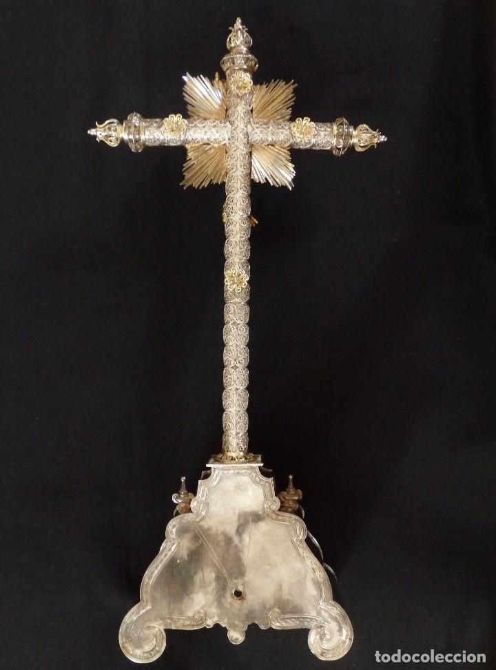 Arte: Crucificado. Cruz de altar de plata en su color y en plata sobredorada punzonada. 43 cm. S. XVIII. - Foto 14 - 168127838