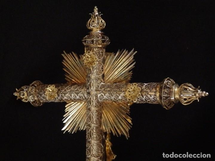 Arte: Crucificado. Cruz de altar de plata en su color y en plata sobredorada punzonada. 43 cm. S. XVIII. - Foto 16 - 168127838