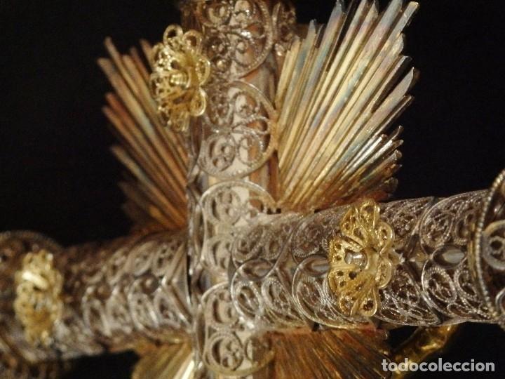 Arte: Crucificado. Cruz de altar de plata en su color y en plata sobredorada punzonada. 43 cm. S. XVIII. - Foto 17 - 168127838