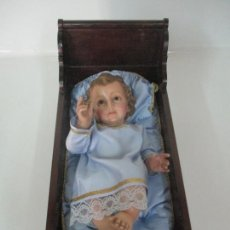 Arte: PRECIOSO NIÑO JESÚS CON CUNA - ESTUCO POLICROMADO - SELLO TALLER EL ARTE CRISTIANO, OLOT . Lote 169032916