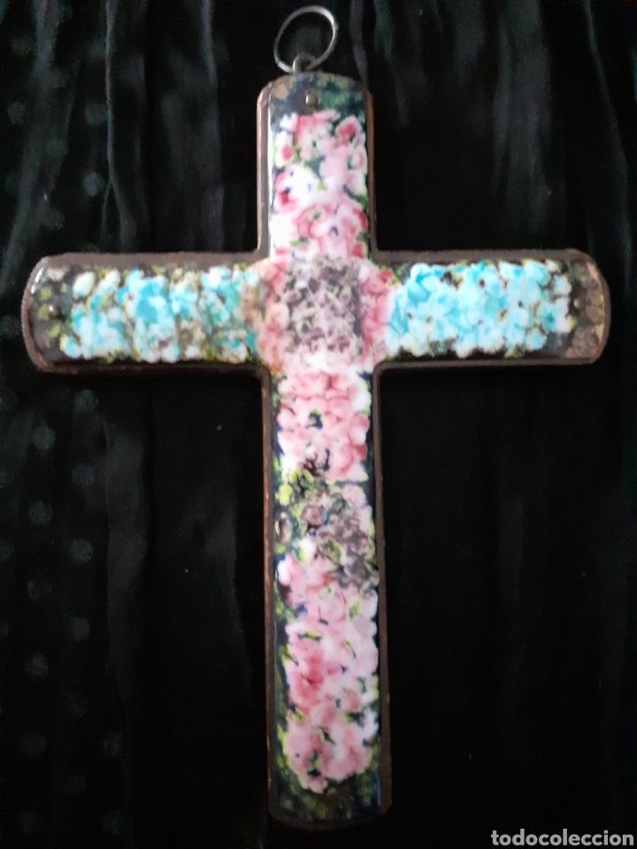 CRUZ. CRUCIFIJO. MADERA. ESMALTE. AÑOS 60 (Arte - Arte Religioso - Iconos)