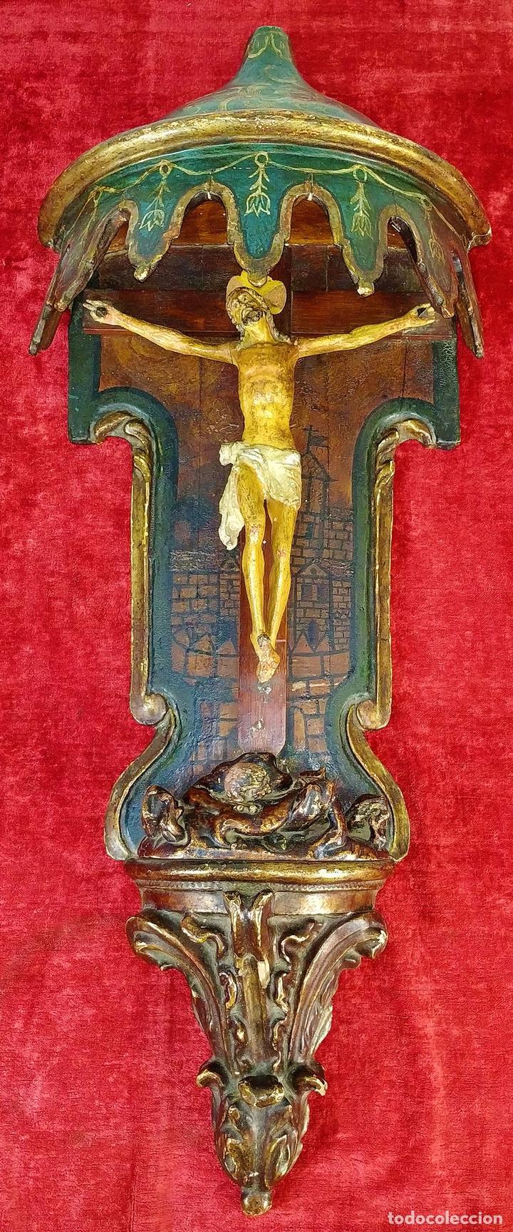 CAPILLA CON CRUCIFIJO. MADERA TALLADA Y POLICROMADA. ESPAÑA. XVII-XVIII (Arte - Arte Religioso - Escultura)