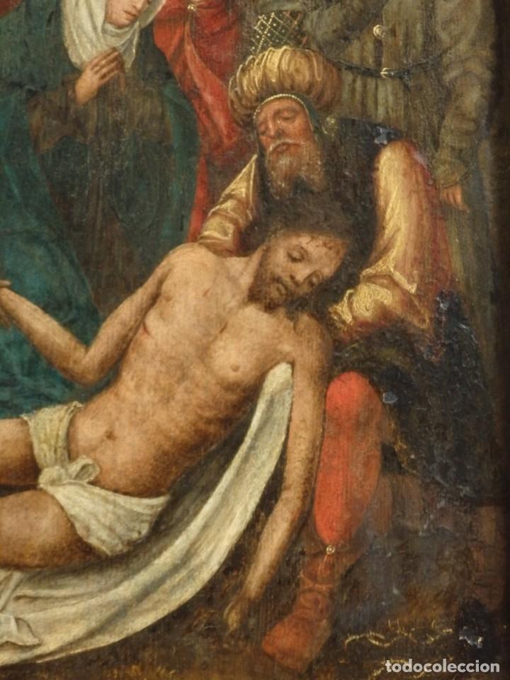 Arte: El Descendimiento de Cristo. Óleo sobre tabla de la escuela flamenca del siglo XVI. Mide 50 x 35 cm. - Foto 10 - 178069622