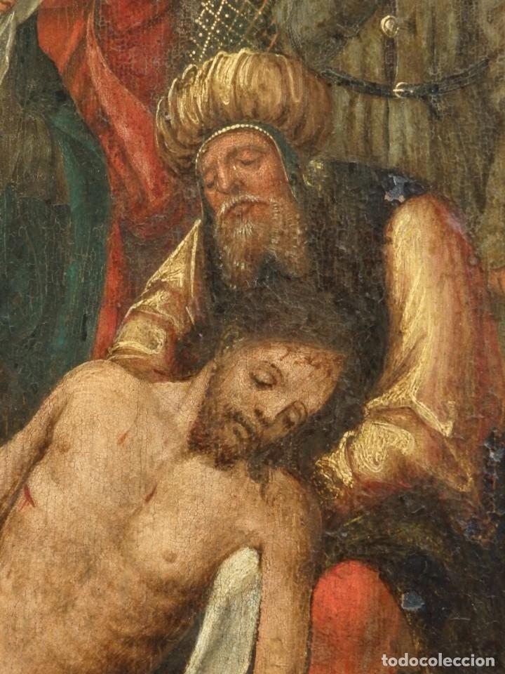 Arte: El Descendimiento de Cristo. Óleo sobre tabla de la escuela flamenca del siglo XVI. Mide 50 x 35 cm. - Foto 11 - 178069622