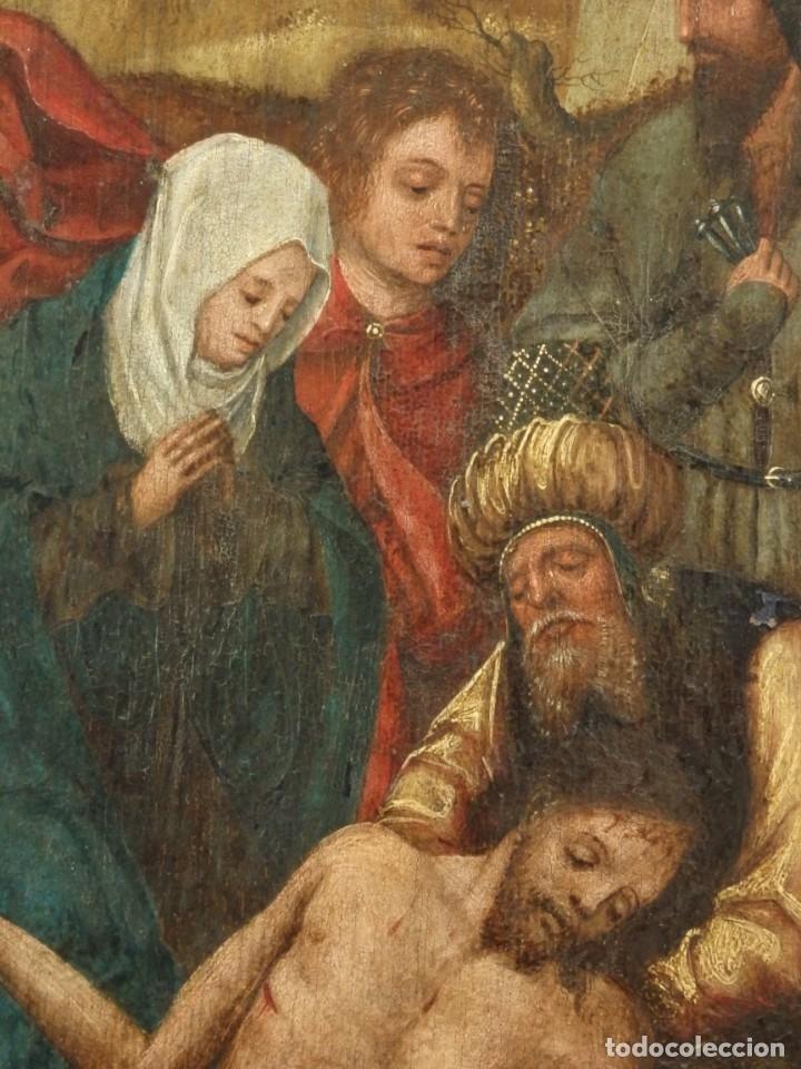 Arte: El Descendimiento de Cristo. Óleo sobre tabla de la escuela flamenca del siglo XVI. Mide 50 x 35 cm. - Foto 14 - 178069622